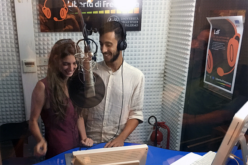 studenti registrano in studio radio ldf
